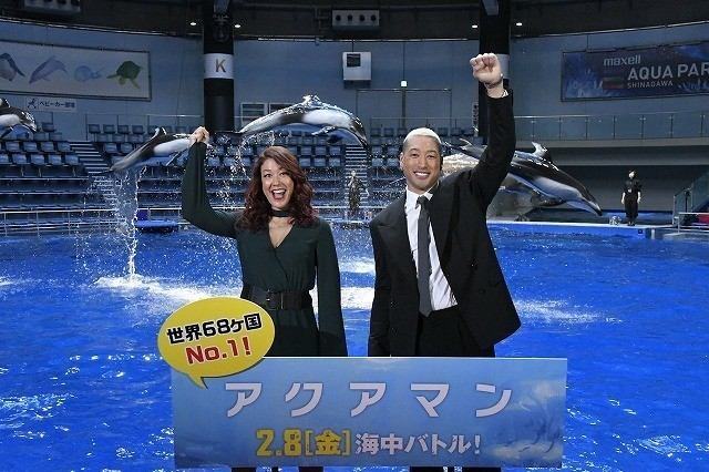 イルカと握手を交わした関口メンディー&LiLiCo