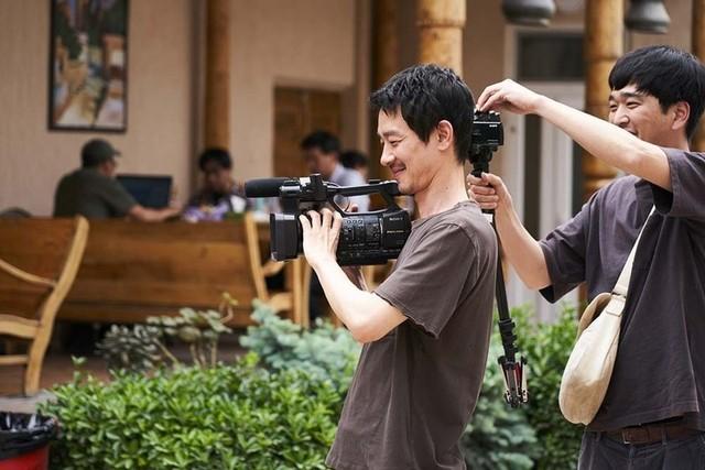 今作でカメラマンを演じる加瀬亮