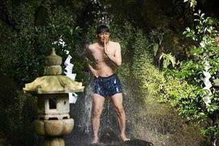 安田顕が叫ぶ、走る、滝に打たれる!「母を亡くした時、僕は遺骨を食べたいと思った。」劇中カット公開