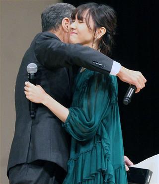 """舘ひろし、ブルーリボン賞で""""愛娘""""新垣結衣と歓喜のハグで再共演を約束"""