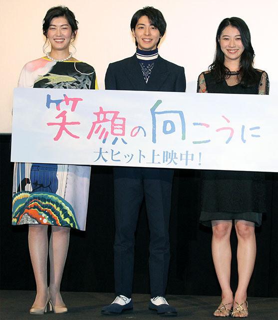 高杉真宙(中央)と安田聖愛(右) は高校の同級生