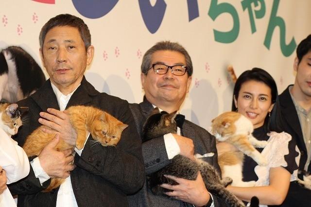 キャスト全員が猫を抱きしめ登場!