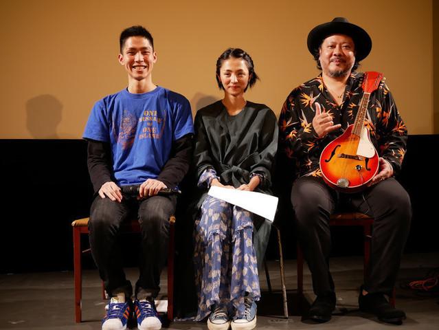 仲村颯悟監督(左)の大学卒業を祝う 満島ひかりと「MONGOL800」のキヨサク