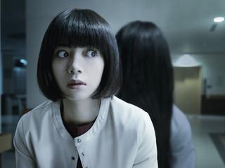 白い手が池田エライザの顔をわしづかみに…おなじみの楽曲が恐怖をあおる「貞子」特報完成