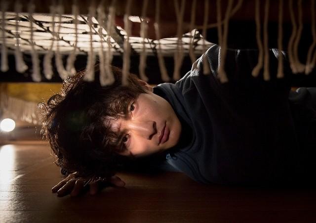 """高良健吾、ベッドの下で女性監視する""""異常者""""に… 新境地開拓の主演作が今夏公開"""