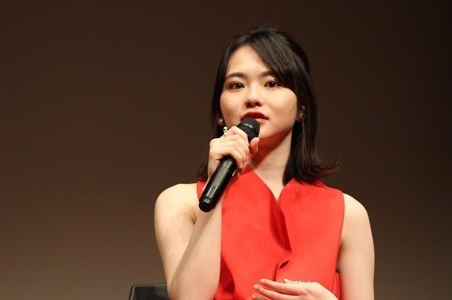作品の雰囲気と合わせ赤い ワンピース姿で登場した山田杏奈