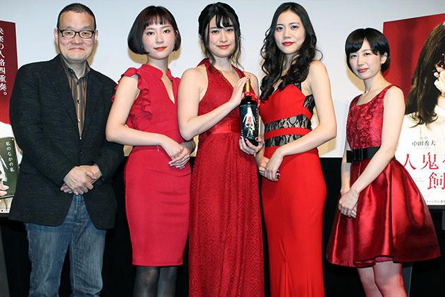 女優陣は赤いドレスで出席