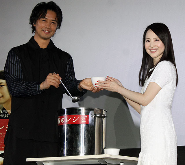 松田聖子「家族のレシピ」舞台挨拶に初登壇、斎藤工との再会に「今日、初めて…」