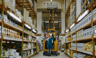「2001年宇宙の旅」スーパーマーケット版? 倉庫でフォークリフトが踊る「希望の灯り」特別映像