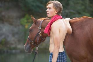 ベネチア新人俳優賞 孤独な少年と馬の美しい瞬間「荒野にて」特別映像