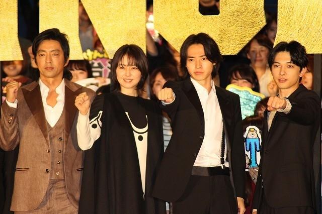 山崎賢人、吉沢亮と熱い抱擁! 「役を生きていきたい」と続編への願いをこめる
