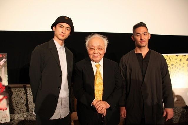 舞台挨拶に立った(左から) 高良健吾、中島貞夫監督、中孝介
