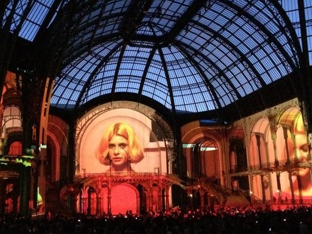 パリのグラン・パレに映し出された「パリ、テキサス」の一場面