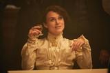 傲慢な夫を横目に男装貴族とロマンス!K・ナイトレイが心のままに生きる女流作家に「コレット」特別映像