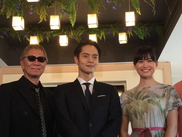 「初恋」のメガホンをとった三池崇史監督、 主演の窪田正孝、ヒロインの小西桜子(左から)