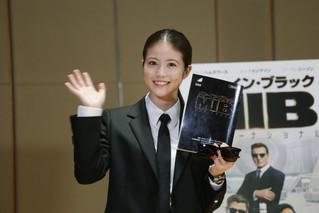 今田美桜、特注スーツ身にまとい堂々のアフレコ披露