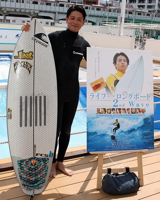 吉沢悠、サーフィン歴23年の腕前を披露「鍛えた背筋を見てほしい」 - 画像6