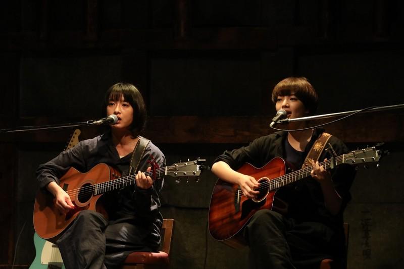 小松菜奈&門脇麦のギターデュオ 切ないコーラスが響くライブシーン公開