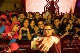 トム・ホランド、珍しいメガネ姿披露!「スパイダーマン」新作、バリ島でファンイベント開催
