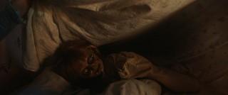 呪いの人形が布団の中に襲来!? 「アナベル 死霊博物館」場面写真入手