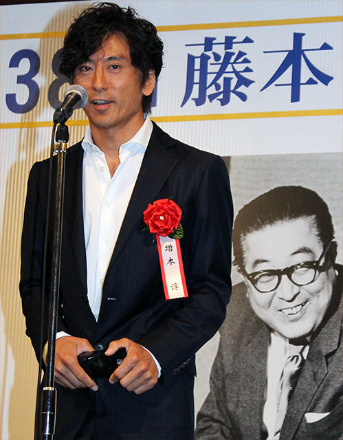 「万引き家族」是枝裕和監督に藤本賞「映画は不思議な生まれ方、育ち方をする」
