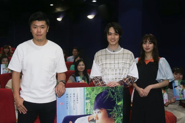 イベントを盛り上げた(左から)北島直明 プロデューサー、細田佳央太、関水渚