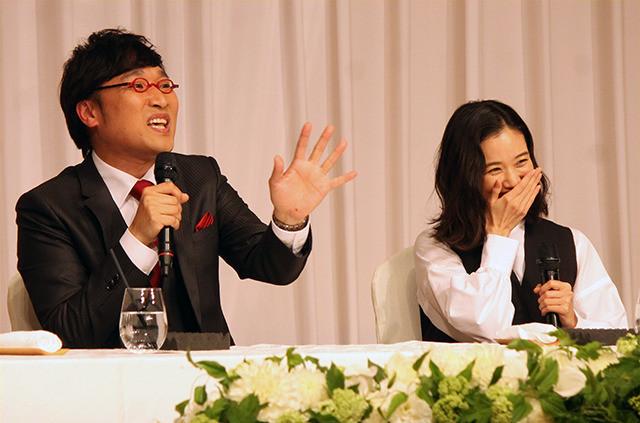 南キャン山ちゃん&蒼井優結婚会見、相方しずちゃん強烈パンチで祝福 - 画像1
