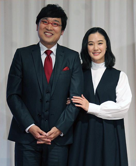 南キャン山ちゃん&蒼井優結婚会見、相方しずちゃん強烈パンチで祝福