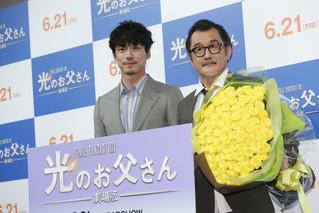 """坂口健太郎、""""父""""吉田鋼太郎にネクタイ&黄色いバラをプレゼント!"""
