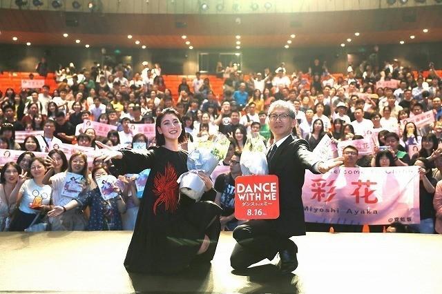 (左から)三吉彩花、矢口史靖監督