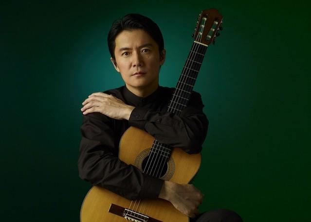 クラシックギターに初挑戦する福山雅治