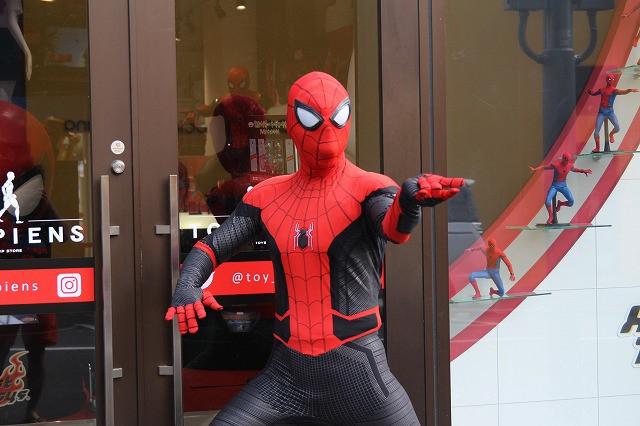 「スパイダーマン」ストアが原宿にオープン! 世界で1つのミステリオ衣装を世界最速展示