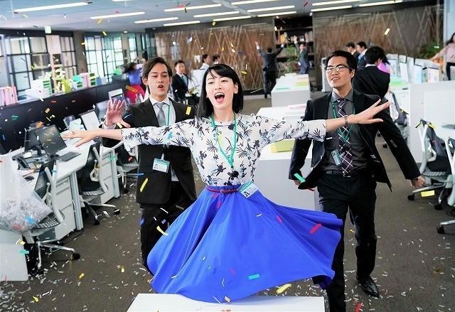 シュレッダーの紙吹雪の中、デスクに 飛び乗り華麗にダンス!