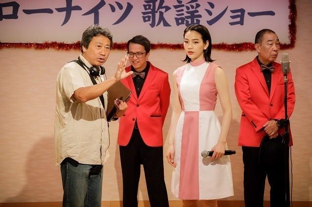 杉山監督(左)とのん