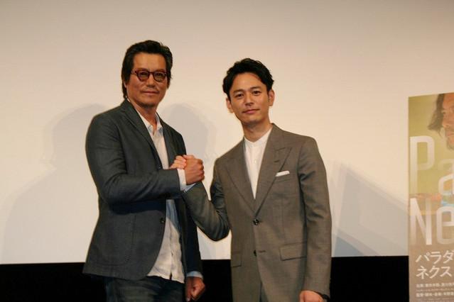 固い握手を交わした妻夫木聡と豊川悦司