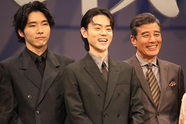 舞台挨拶で笑顔をのぞかせる菅田将暉、 柄本佑、舘ひろし