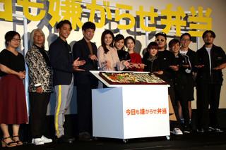篠原涼子、「今日も嫌がらせ弁当」原作者の巨大キャラ弁に大喜び