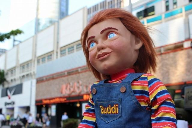 """「チャイルド・プレイ」バディ人形のチャッキーが""""来日"""" 人形焼、金物屋、最新AI家電にご満悦"""