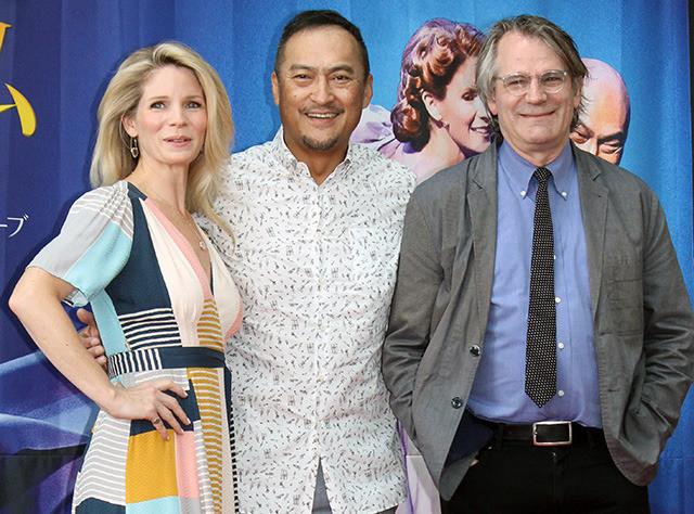 会見した渡辺謙(中央)、ケリー・オハラ(左)、 演出のバートレット・シャー