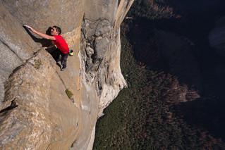 世界屈指の断崖絶壁を生死をかけて登る…オスカー受賞ドキュメント「フリーソロ」予告編