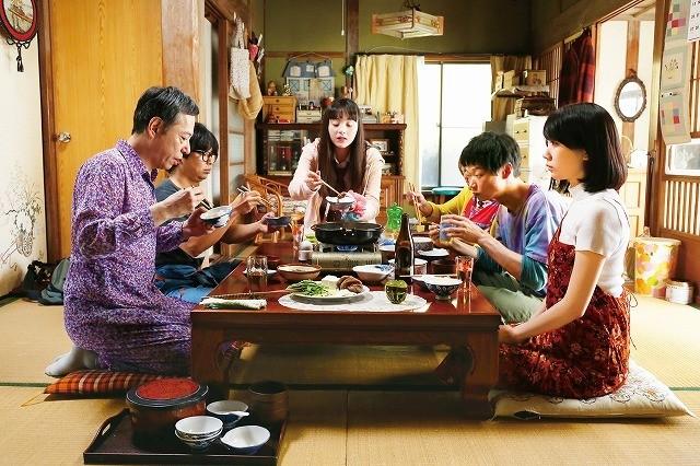 松本穂香「おいしい家族」主題歌はyonige!父・板尾創路の衝撃告白収めた予告公開