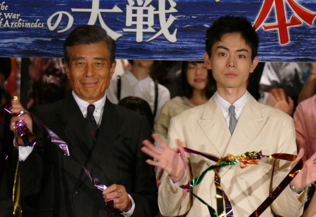 主人公の数学者を演じる菅田将暉(右)と山本五十六役の舘ひろし