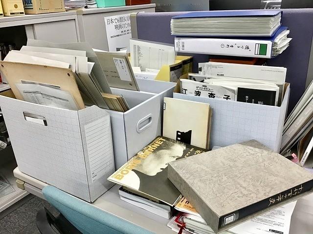 上映展示室のデスクはいつも企画の検討資料で埋もれています