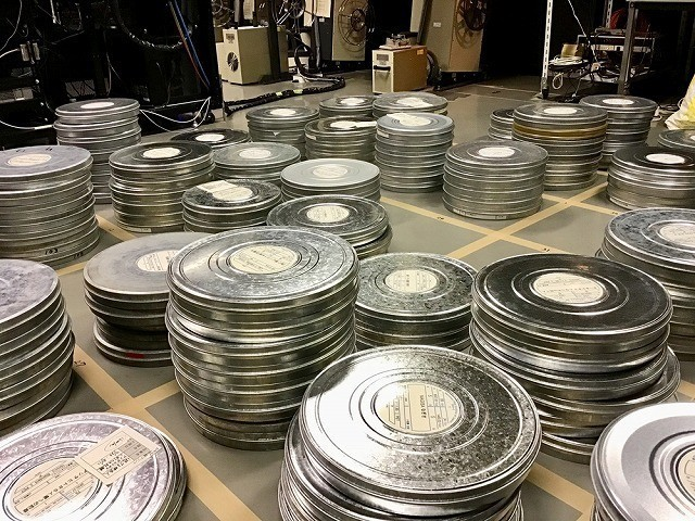 映写室にずらりと並ぶ、「逝ける映画人を偲んで2017-2018」上映作品のフィルム缶