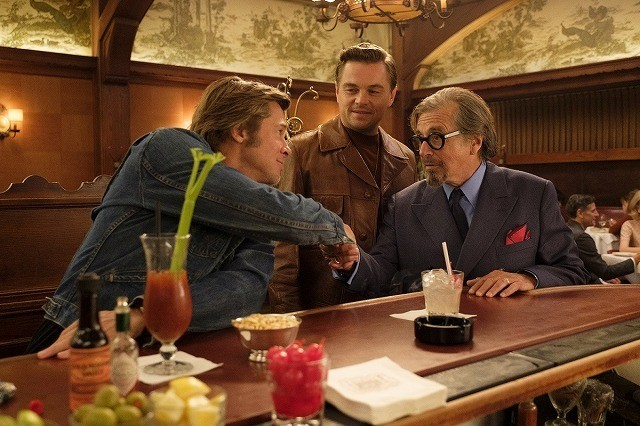 ディカプリオ&ブラピ&パチーノが談笑!「ワンス・アポン・ア・タイム・イン・ハリウッド」場面写真入手