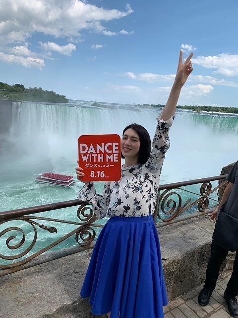 ナイアガラの滝の前でもダンス!