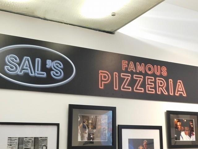ピザ屋「Sal's Famous Pizzaria」の看板