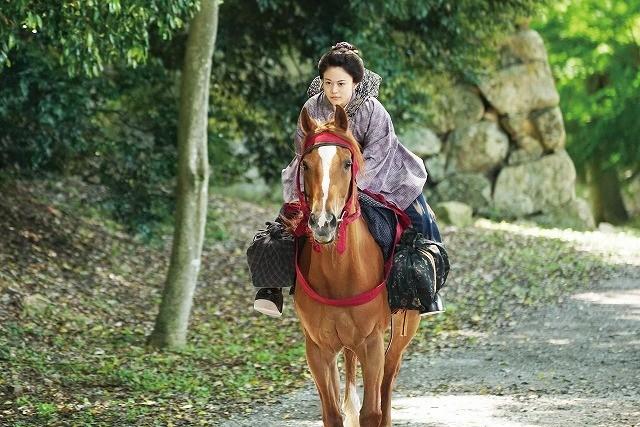 高畑充希、本番一発OKの凛々しい乗馬姿を披露!「引っ越し大名!」場面写真入手