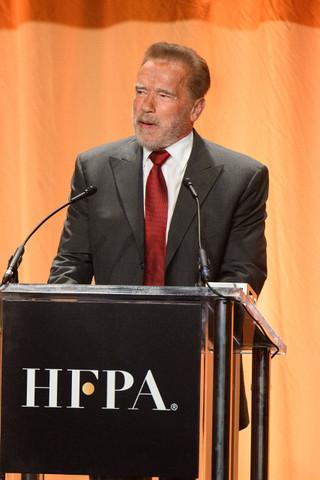 シュワちゃん、トランプ大統領の「国に帰れ」発言に反論! HFPAチャリティイベントに登場