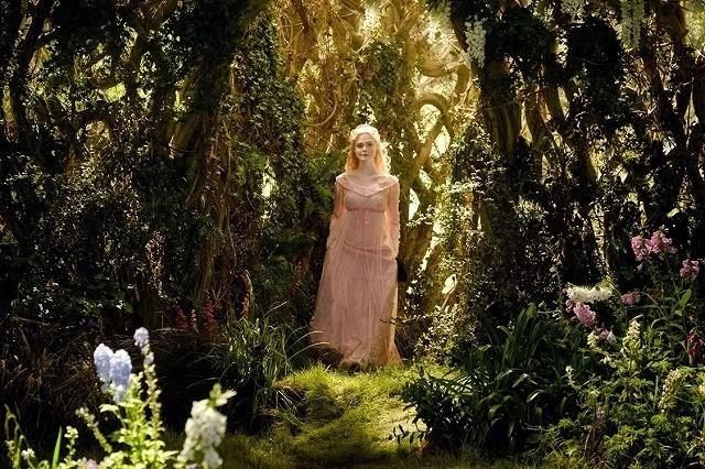 可憐なピンク色のドレスを身にまとった エル・ファニング